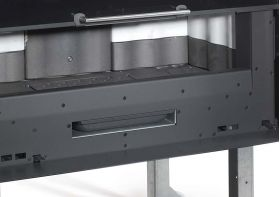 """Kaminski vložek na drva La Nordica Monoblocco 1300 Piano Crystal 13 kW z mehanizmom za dvižna vrata. Omogoča večji pretok zraka. Vložek ima kurišče obloženo z ironker- jem, rešetka in dno kurišča sta iz litega železa. Keramično steklo odporno na 750°C iz enega kosa. Vrata so dvižna, imajo tiho odpiranje in se pri odpiranju """"skrijejo"""" v notranjost vložka. Ima predal za pepel. Komplet za ventilacijo opcijsko. Najdete ga pod rubriko """"Dodatki"""""""